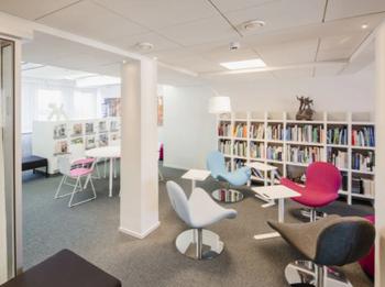 Töölönkatu 4 sisä kirjasto